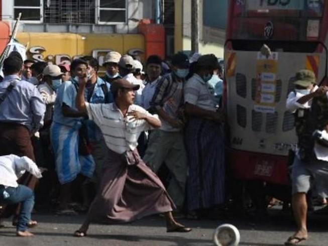 Myanmar: Nhóm ủng hộ quân đội đụng độ nhóm phản đối chính biến