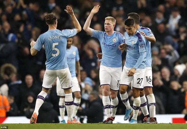 Lội ngược dòng trong hiệp 1, Man City vượt mặt Chelsea