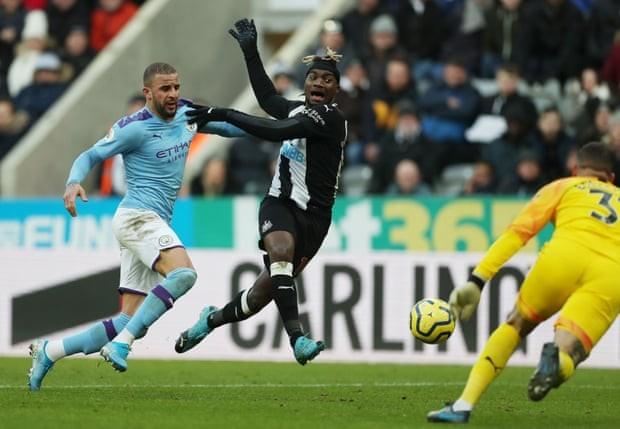 Man City mất điểm phút cuối trước Newcastle