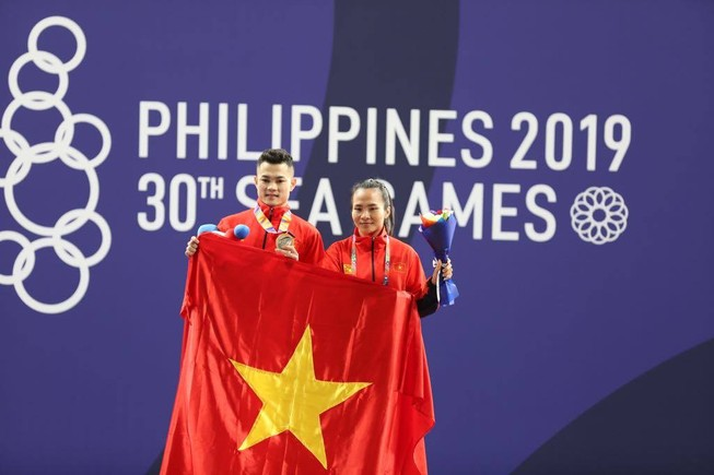 Cử tạ Việt Nam lập 'cú đúp' HCV ngày đầu SEA Games 30