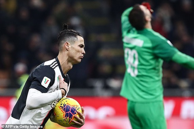 """Ronaldo """"nổ súng"""", Juventus thoát thua AC Milan phút cuối"""