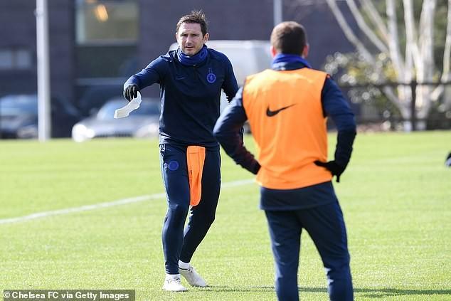 3 cầu thủ Leicester bị cách ly, Chelsea bỏ tập vì COVID-19