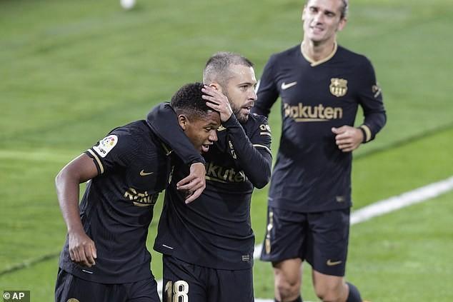 Đá thiếu người, Barcelona vẫn thắng tưng bừng trên sân khách