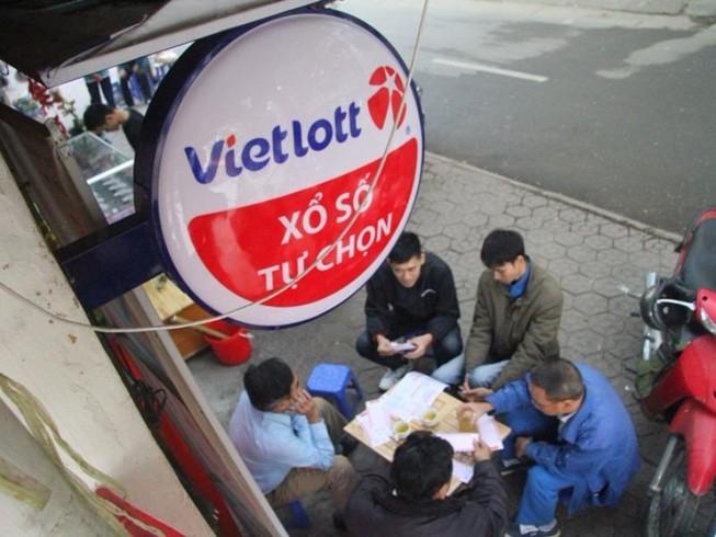 Dân Hà Nội chen nhau mua vé số Vietlott