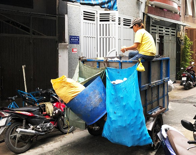 Phân loại, thu gom rác thải nguy hại hộ gia đình