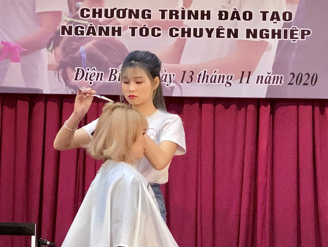 Trao 80 chứng chỉ nghề tóc cho chị em phụ nữ khó khăn