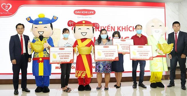 Dai-ichi Life Việt Nam trao vàng cho khách hàng trúng thưởng