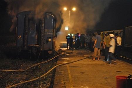 Tàu hỏa bốc cháy dữ dội khi đang dừng đón khách