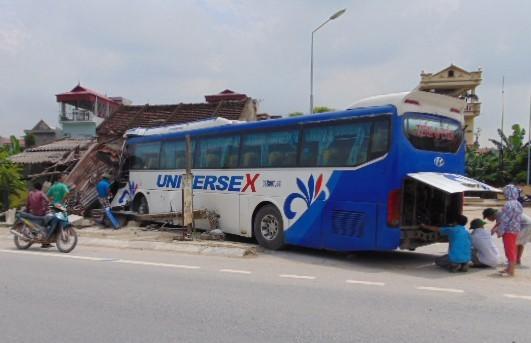 Xe khách tông sập nhà dân, một người tử vong