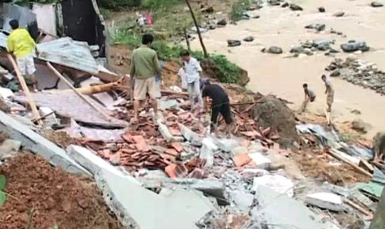 Nghệ An và Hà Tĩnh: Mưa lớn, lũ quét làm sập hai ngôi nhà và cầu tạm