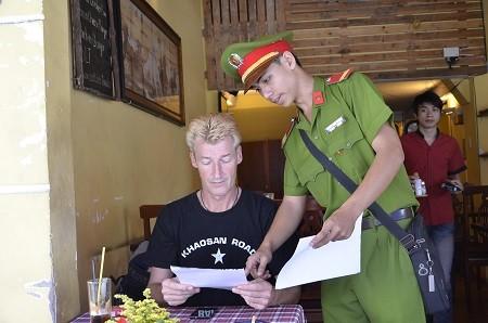 Phát tờ rơi nhắc du khách cảnh giác với nạn cướp giật ở Sài Gòn