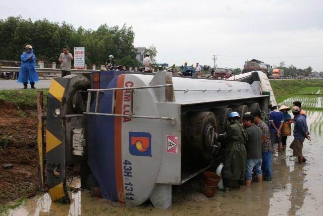 Xe chở dầu lao xuống ruộng, dân đổ xô 'hôi dầu'