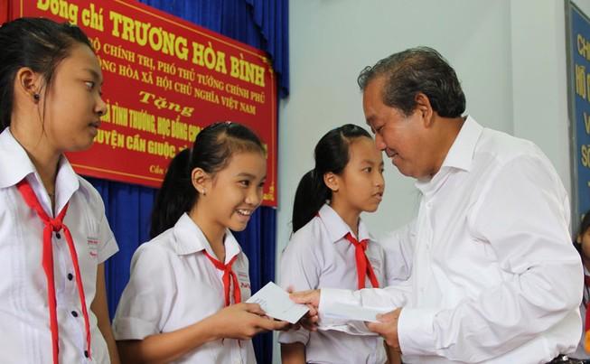 Phó Thủ tướng Trương Hòa Bình trao tặng nhà tình thương, cầu nông thôn, học bổng