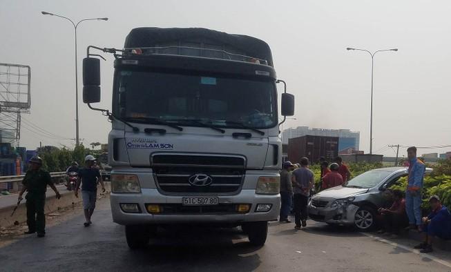 Xe tải húc ô tô xoay vòng ở cầu vượt Bình Phước