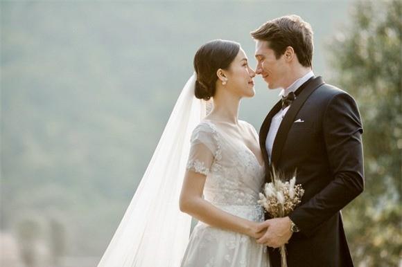 Á hậu, MC Hoàng Oanh tung hết ảnh cưới với chồng Tây