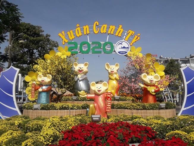 Gia đình Chuột vui nhộn ở đường hoa thành phố Cam Ranh