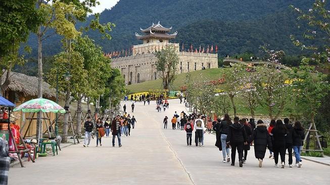 Lễ hội Yên Tử, đền Trần, chọi trâu... tạm dừng vì dịch Corona