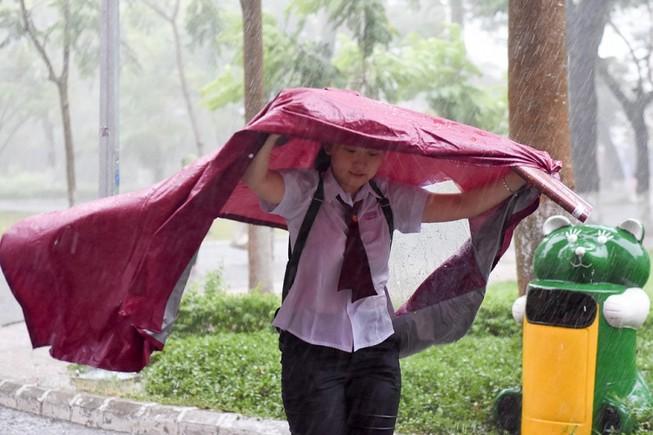 Thí sinh Huế đội mưa đi làm thủ tục dự thi THPT quốc gia