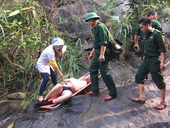 Du khách Anh gặp nạn khi leo thác trên đèo Hải Vân