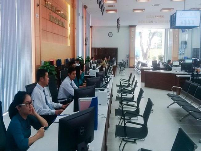 Cấm viên chức đeo tai nghe trong giờ làm