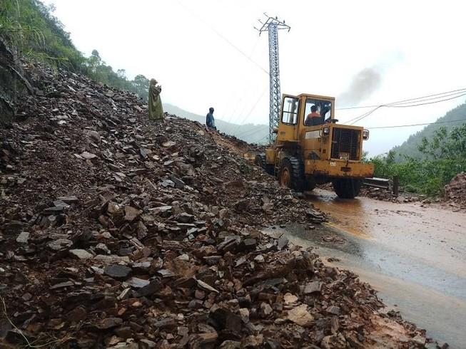 Mưa lớn, nhiều đoạn đường Hồ Chí Minh qua Quảng Trị bị sạt lở