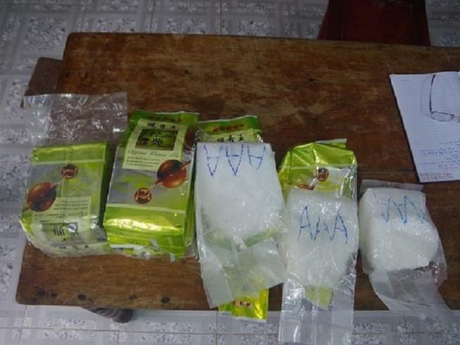 8 Bánh ma túy được người dân xã Phong Hải, huyện Phong Điền phát hiện ngày 1-12 Ảnh: B.Trâm