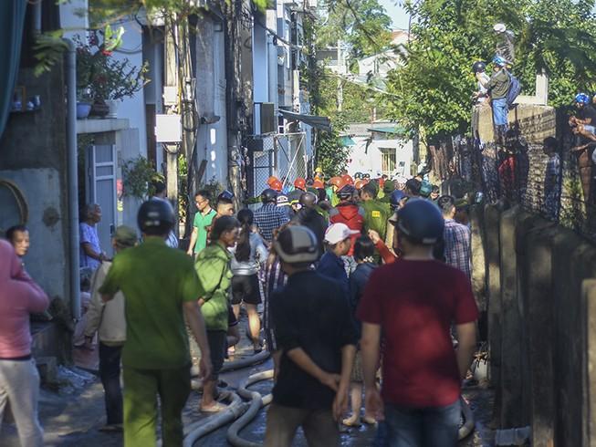 Cháy cột điện lan sang 3 căn nhà của dân