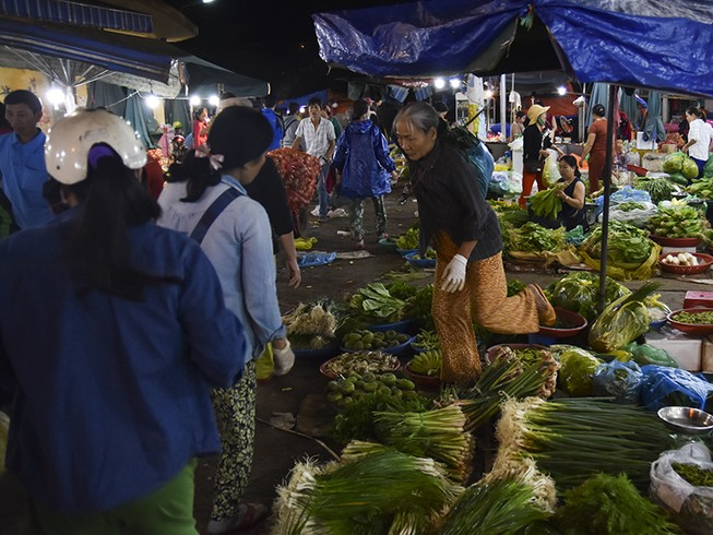 Người dân chen chân trong chợ đầu mối lúc nửa đêm