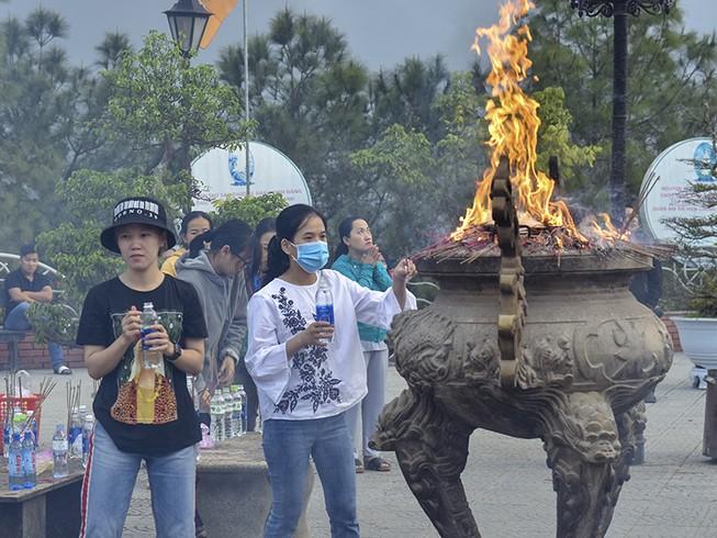 'Coi thường' Corona, nhiều người đi lễ chùa bỏ khẩu trang