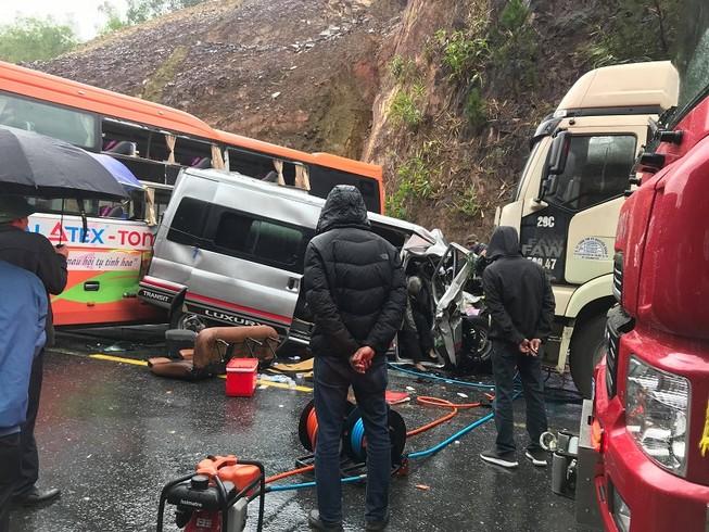 Tai nạn liên hoàn: Ô tô 16 chỗ bẹp dúm, 7 người thương vong