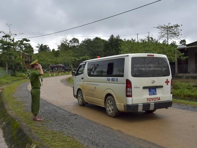 Chùm ảnh: Người dân ra đường tiễn chiến sỹ đoàn 337 hi sinh