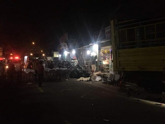 Xe tải đâm 4 nhà dân, bước đầu ghi nhận 2 người chết