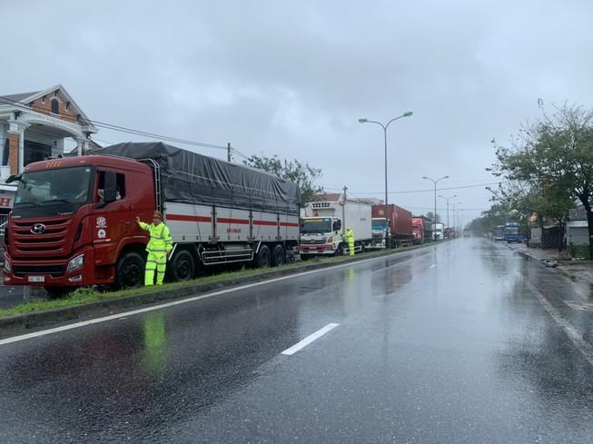Người dân nấu cơm cho tài xế, hành khách dừng xe tránh bão