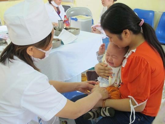 Nên giám sát trẻ sơ sinh sau tiêm vaccine Quinvaxem 24 giờ đầu
