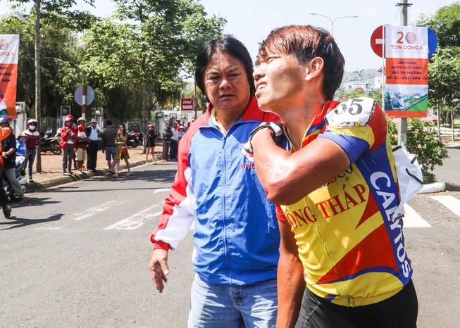 Minh Trí gãy xương vai rời đường đua ngày Đồng Tháp đại thắng