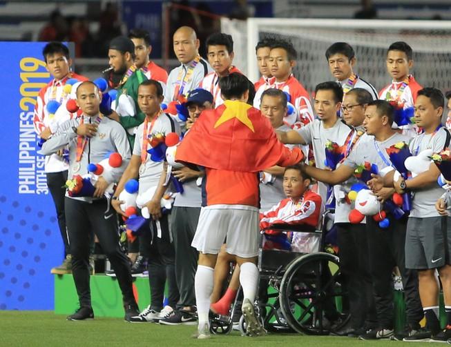 Clip: Xúc động khi Văn Hậu đến xin lỗi ngôi sao U-22 Indonesia