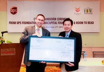 Tổ chức UPS trao tài trợ cho VinaCapital và Room To Read