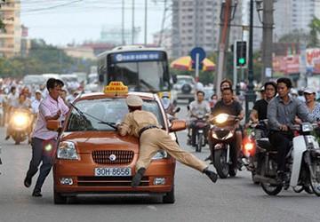 Xử nghiêm tài xế hất cảnh sát lên capô