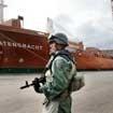Venezuela: Quân đội tiếp quản cảng và sân bay