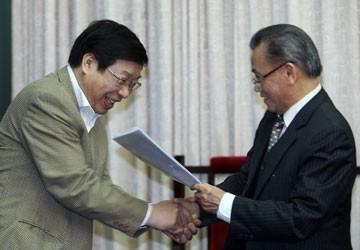 Nguyên Bộ trưởng Nguyễn Đình Lộc trao kiến nghị sửa Hiến pháp