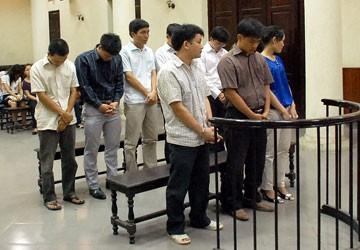 Vụ làm hàng chục ngàn bằng giả tại Hà Nội: Bị cáo đầu vụ lãnh bốn năm tù