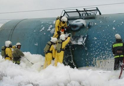 Đoàn tàu 50 toa chở nhiên liệu bốc cháy dữ dội, rò rỉ hóa chất