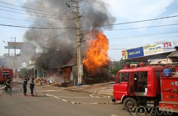 Cháy lớn thiêu rụi 2 căn nhà ở Buôn Ma Thuột