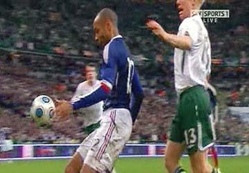 Henry thoát tội vụ chơi bóng bằng tay