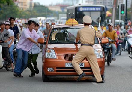 Thêm một cảnh sát giao thông bị hất lên nắp capô