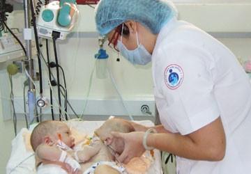 Tách trẻ song sinh dính nhau 16 ngày tuổi