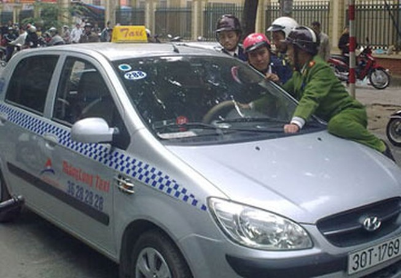 """Tài xế """"cố thủ"""" trong xe, cảnh sát đè nắp capô"""