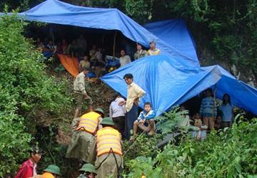 Quảng Bình: Hàng trăm người dân vào hang đá trốn lũ