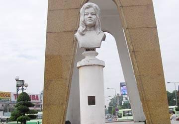 Dựng tượng Quách Thị Trang trước mũi súng cảnh sát