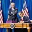 Tổng thống Obama ký dự luật 787 tỷ USD